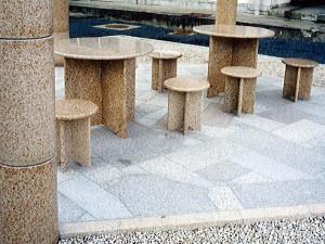 中庭のテーブルとイス
