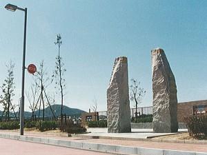 そびえたつ2本の石柱
